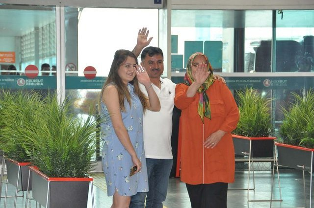 Roma'ya transfer olan Cengiz Ünder ailesiyle vedalaştı