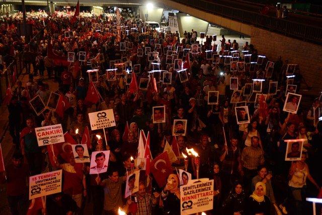 'Milli Birlik Yürüyüşü'nde 3 kilometre uzunluğunda bayrak taşındı