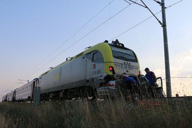Kütahya'da raybüs otomobile çarptı: 1 ölü, 3 yaralı
