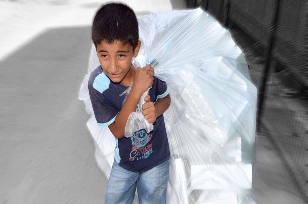 Adana'da 11 yaşındaki çocuk kağıt toplarken görüntülendi
