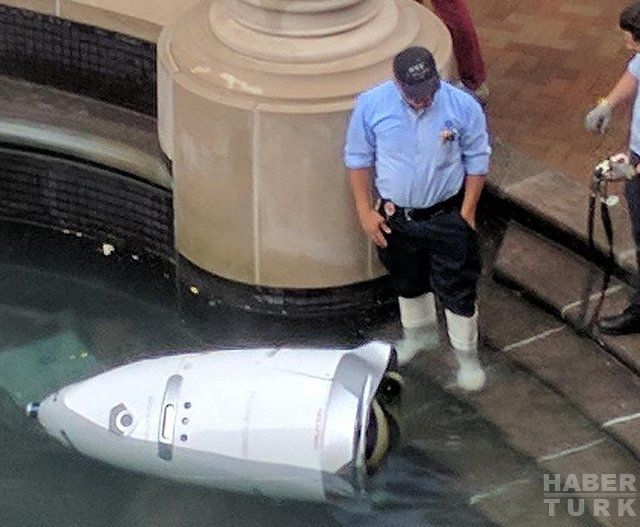 Güvenlik robotu işi, kendini havuza atarak bıraktı(!)
