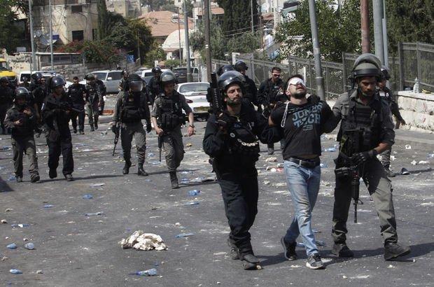 Mescid-i Aksa'ya çıkan yollarda İsrail polisi cemaate saldırdı!