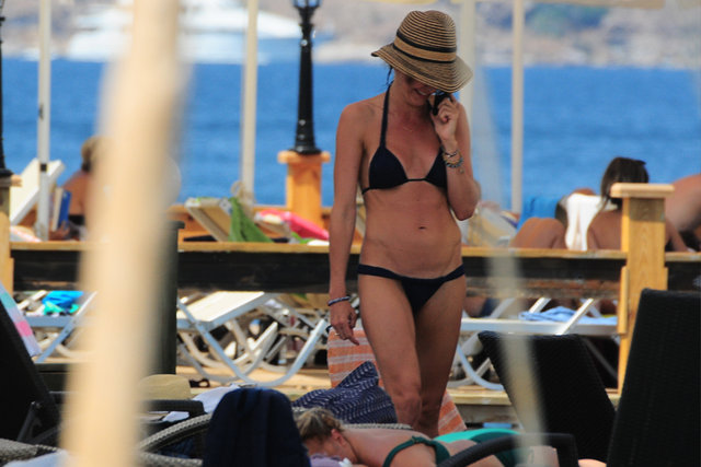 Hande Ataizi Gölköy'de bikinili görüntülendi