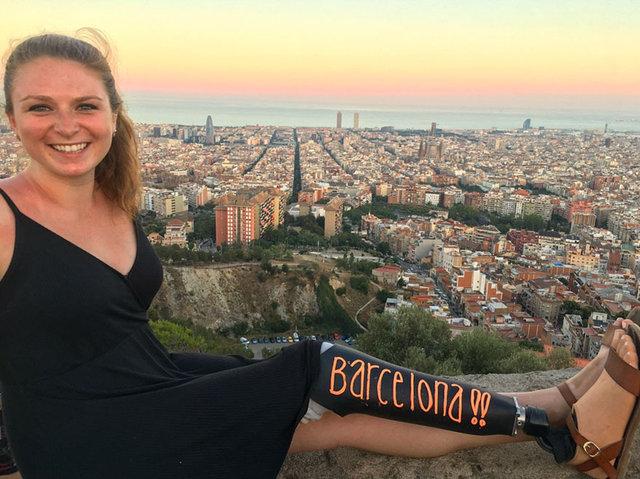 Gezdiği şehirlerin adını bacağına yazan kız