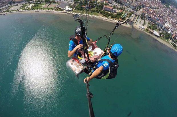 Ordu'da yamaç paraşütü yapan iki genç havada mangal yapıp yedi