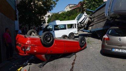 Beykoz'da araçları taşıyan TIR devrildi