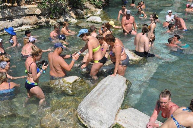 Pamukkale'deki antik havuz turistlerin gözdesi