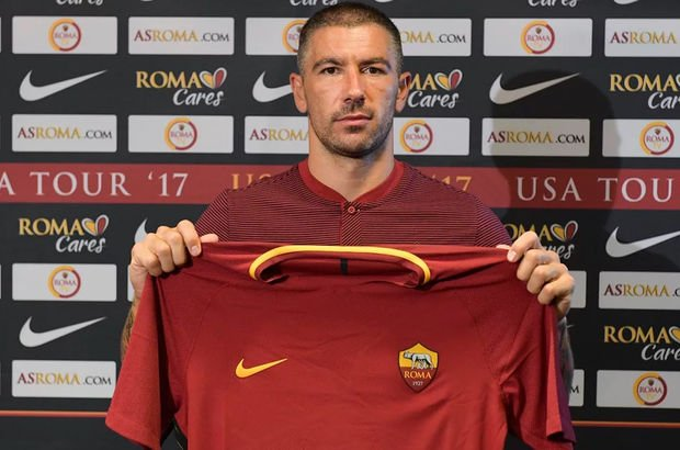 Roma Aleksandar Kolarov'u transfer etti