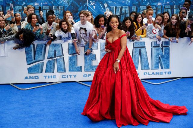 Rihanna, 'Valerian ve Bin Gezegen İmparatorluğu' galasında kıpkırmızı