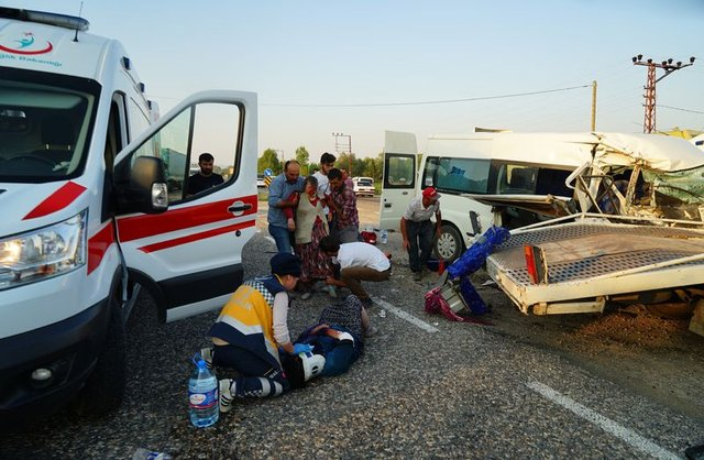 Kastamonu'da tarım işçilerini taşıyan minibüs ile çekici çarpıştı: 6 yaralı