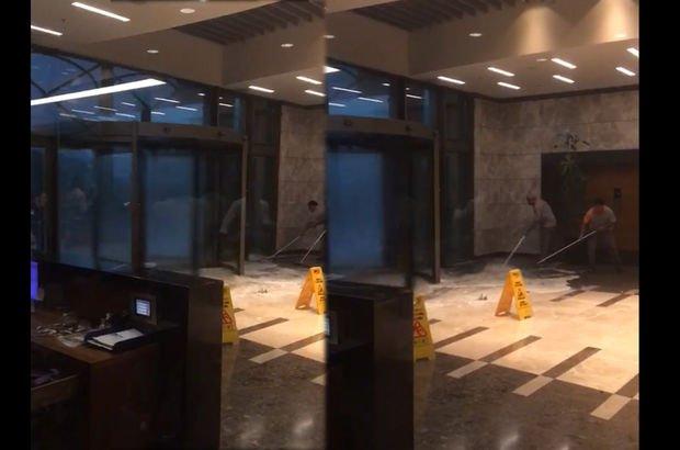Ataşehir'de alışveriş merkezinin kapısının camı patladı
