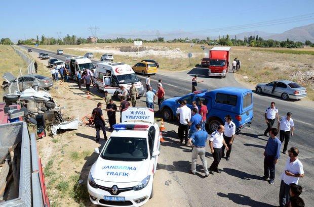 Kahramanmara iki otomobil çarpıştı: 4 kişi öldü, 3 kişi yaralandı
