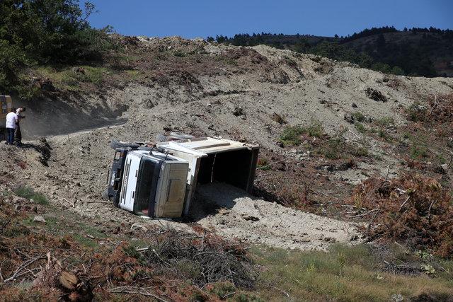 Bolu Mudurnu'da devrilen hafriyat kamyonunun sürücüsü, kamyonun altında kalarak öldü