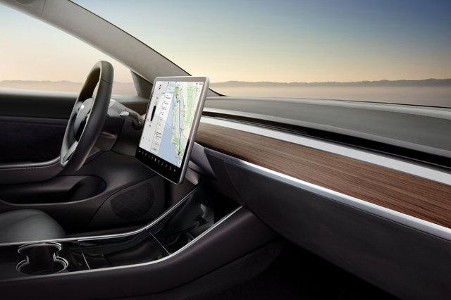 Tesla Model 3 artık resmen yollarda