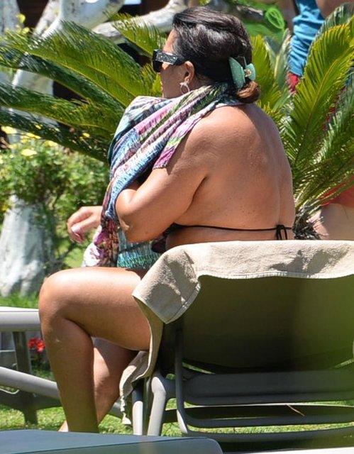 Nükhet Duru bikinili görüntülendi