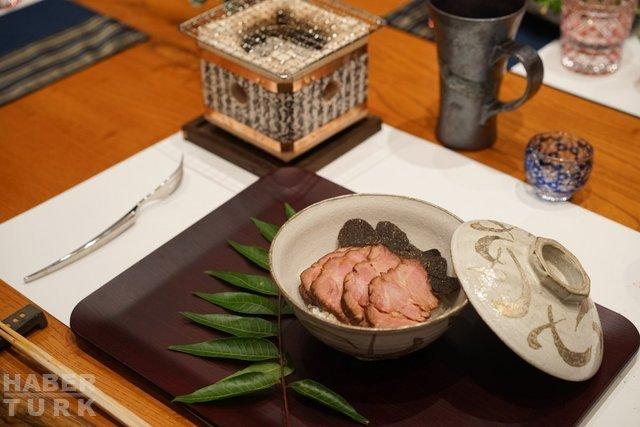 Hiroshi Japon Restoranı: 8 kişilik tek bir masa, altın serpilmiş yemekler ve sıra bekleyen zenginler