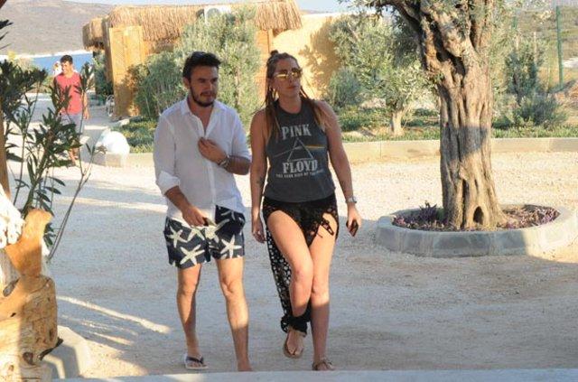 Mustafa Ceceli eşi Selin İmer'e muhabirlerin önünde kur yaptı