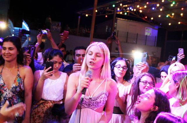 Aleyna Tilki Konya'da amcasının düğününde şarkı söyledi