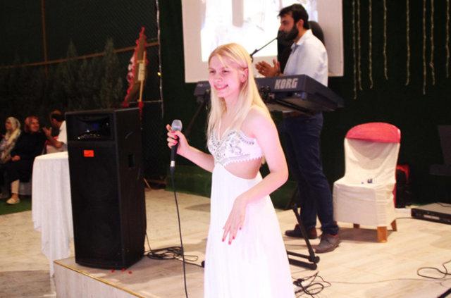 Aleyna Tilki amcasının düğününde şarkı söyledi