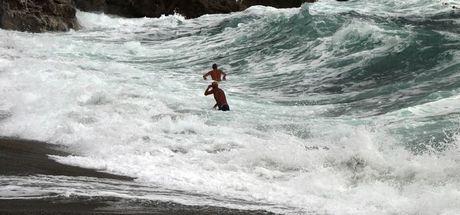 Zonguldak'ta dalga ve rüzgar nedeniyle denize girmek yasaklandı