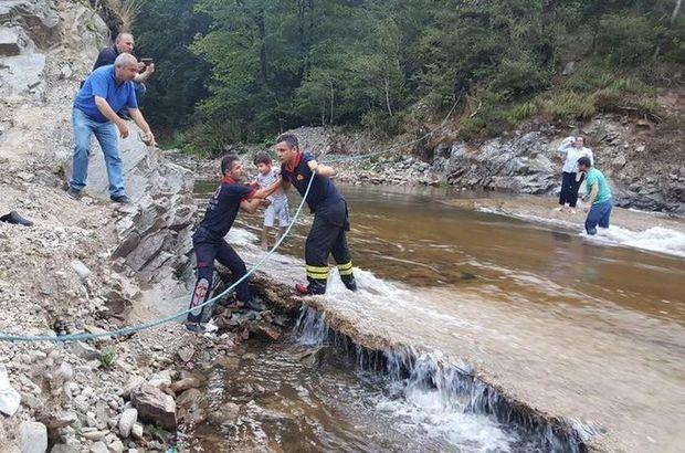 Barajın kapakları açıldı, 17 kişi mahsur kaldı