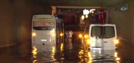 İstanbul Avcılar'da bir alt geçidi su bastı, vatandaşlar kendi imkanlarıyla sudan çıktı