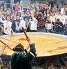 Belçika halkı, 10 bin yumurtayla dev bir omlet hazırlayıp ziyafet çekti