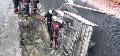 Esenyurt'ta kamyon inşaat kazı alanına devrildi