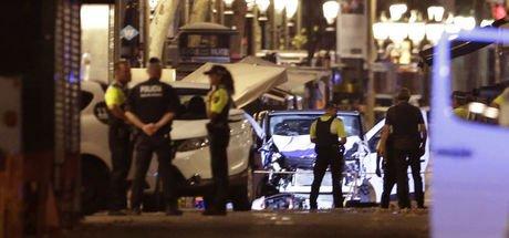 Barcelona'daki DEAŞ'ın üstlediği saldırıda 1 minibüs yayaları ezdi: Çok sayıda ölü va yaralı var