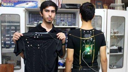 Liseli mucitlerden 'duruş bozukluğunu' düzelten akıllı tişört