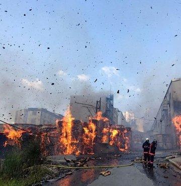 Karton fabrikasında çıkan yangına çok sayıda itfaiye ekibi müdahale ediyor