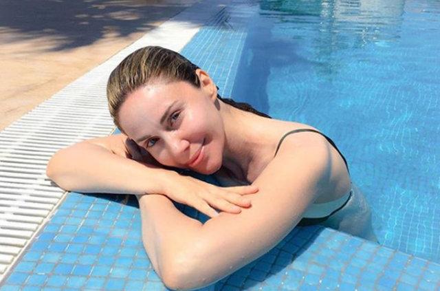 Demet Şener'in bikinili pozu sosyal medyayı salladı