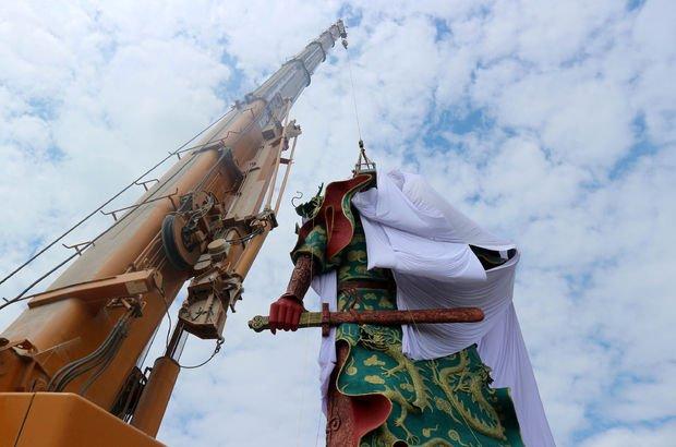 Guan Yu heykelinin üzerini örttüler