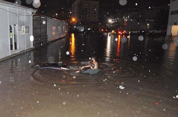 Heyelan oldu, 4 araç su altında kaldı