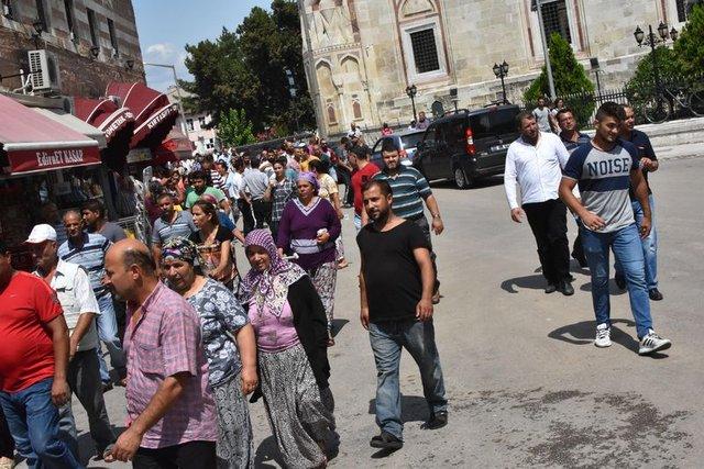 Edirne'de Romanlar ellerinde sopalarla valiliğe yürüdü