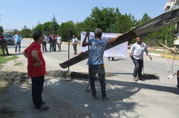 Afyonkarahisar'da bir kişi kendi arazisinden geçtiği gerekçesiyle beton döküp yolu kapattı