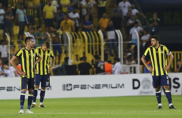 Vardar'a elenen Fenerbahçe'de Ozan Tufan, Robin van Persie ve Aykut Kocaman, sosyal medyada eleştiri yağmuruna tutuldu