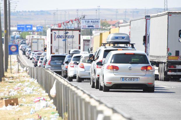 Trakya'da sınır kapılarından 24 saatte 10 bin araçla 40 bin kişi çıkış yaptı