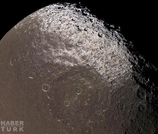 Satürn'e gönderilen Cassini-Huygens uzay aracının çektiği fotoğraflar nefes kesiyor