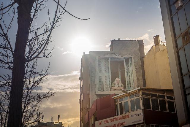 """""""Penceredeki Kadın""""  Kübra Teyze'yi İzmir'de tanımayan kalmadı"""