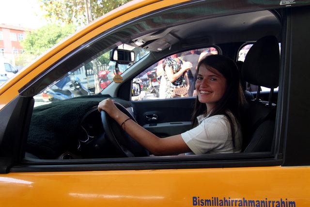 Yüksek lisans öğrencisi Fatma Aysu taksi şoförlüğüyle hayatını kazanıyor