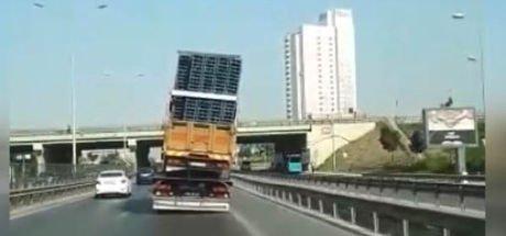 D 100'de kamyon taşıyan çekicinin görüntüleri kamerada