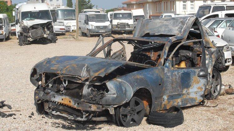 Antalya'da polisin durdurduğu bir araca arkadan gelen minibüsün çarpması sonucu yangın çıktı, 2 kişi hayatını kaybetti.