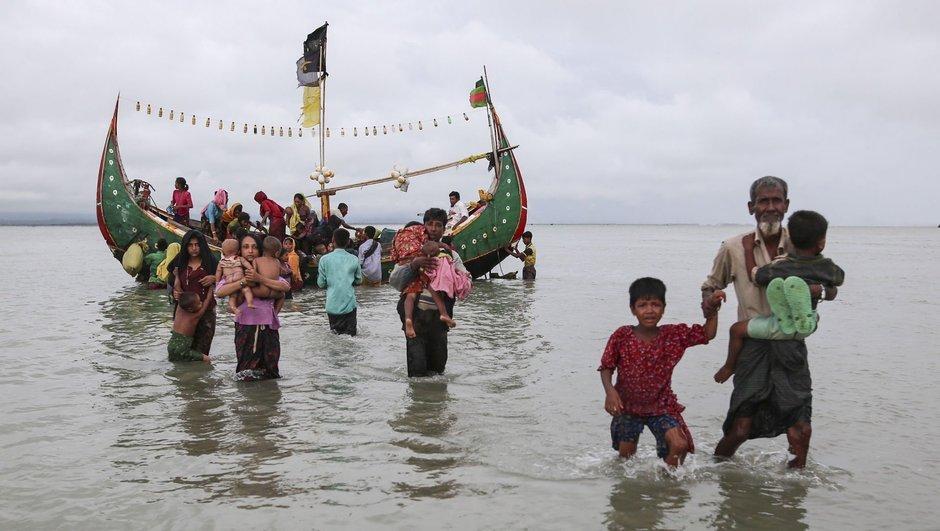 Nehrin yüzeyi Myanmar'dan kaçmaya çalışanların cesetleriyle doldu