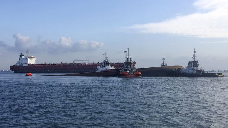 Singapur açıklarında iki geminin çarpışması sonucu 5 kişinin kayboldu.
