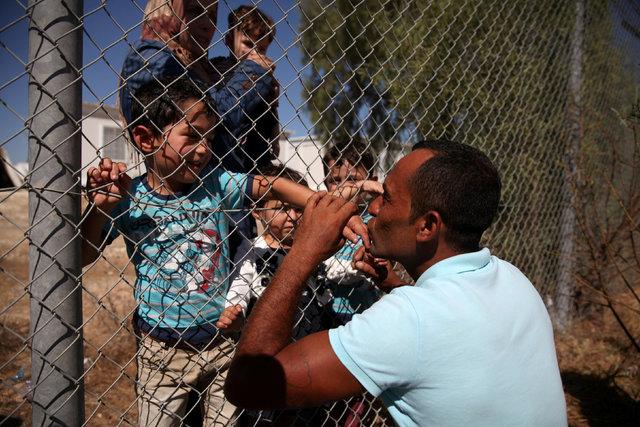 Kıbrıs'ta bir mülteci kampındaki baba-oğul buluşması herkesi duygulandırdı