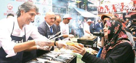Balıkları ızgaraya çıkaran festival