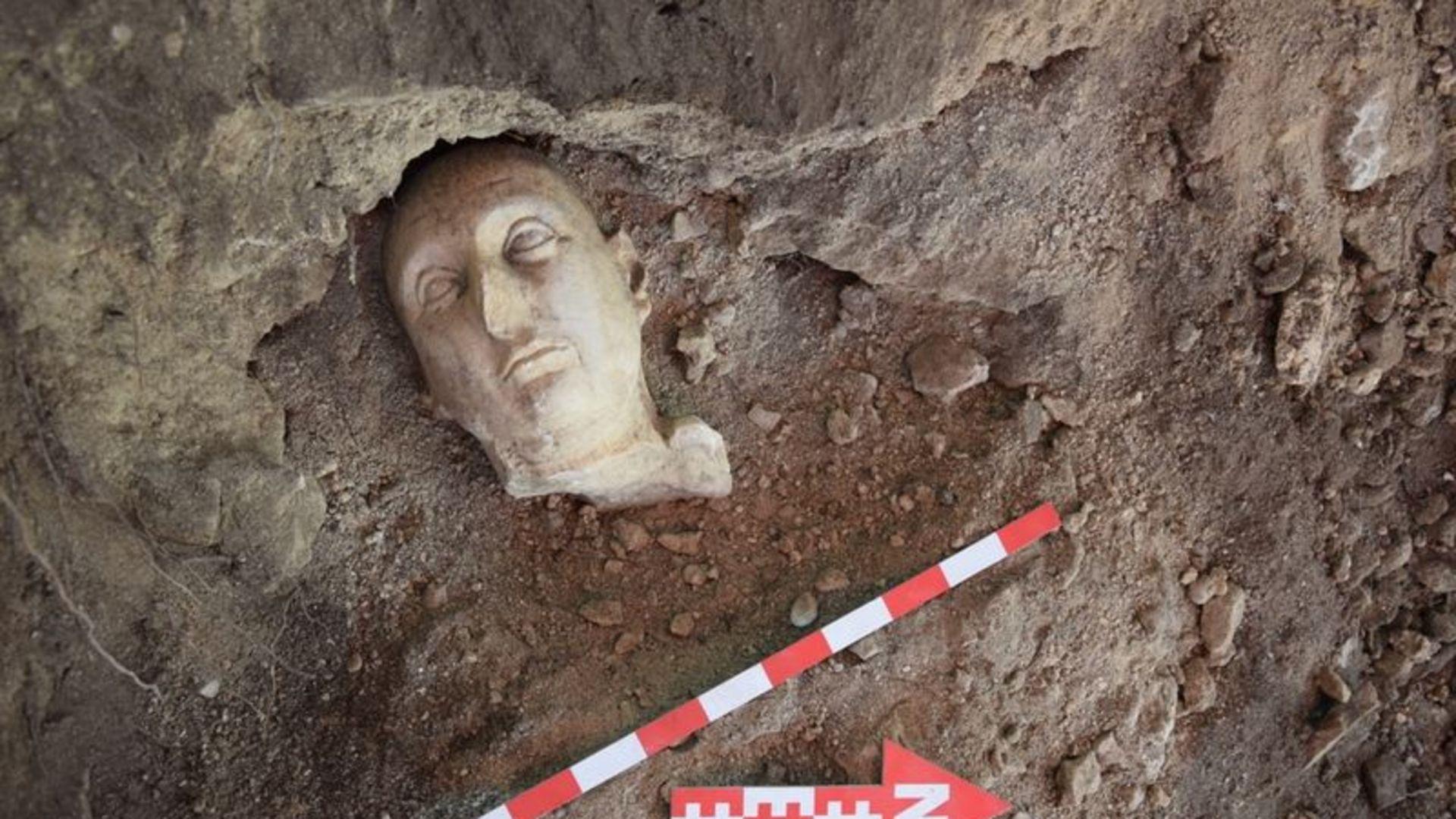 Side Antik Kentinde yapılan kazılarda 3 heykel bulundu