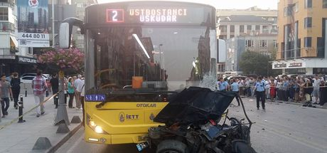 Kadıköy'de otomobil belediye otobüsünün altına girdi!