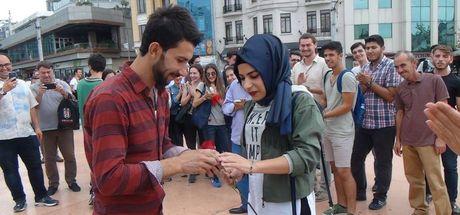 Taksim Meydanı'nda evlilik teklifi etti